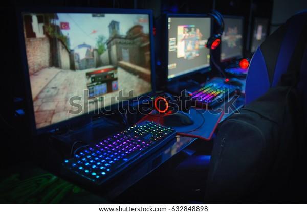 Computerspielerin im Internet-Café
