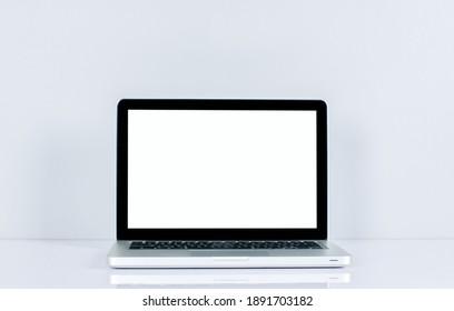 Écran d'ordinateur isolé sur écran blanc sur bureau