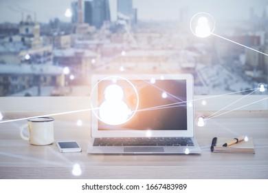 Computer auf dem Desktop mit Social-Network-Hologramm. Mehrfachbelichtung. Konzept der internationalen Beziehungen.