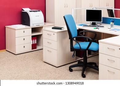 Computer und Drucker in einem modernen Büro