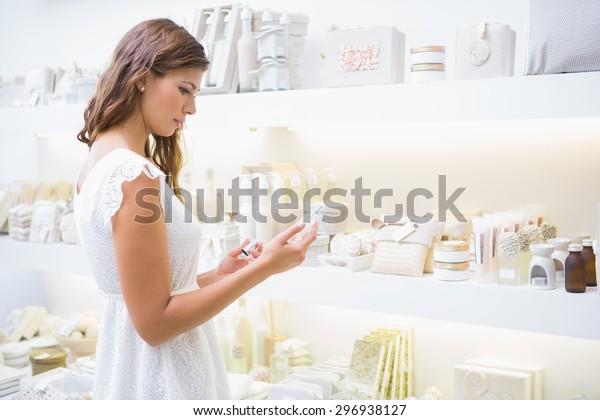 美容院で食材を読む女性の集中