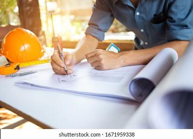 Concept Architect Inspizieren Sie das Projektdesign mit der Baustelle für Blaupausen.