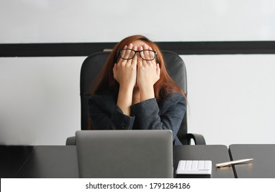 Concept Burnout Syndrome. Business Woman feels uncomfortable working. Which is caused by stress, accumulated from unsuccessful work And less resting body. Consult a specialist psychiatrist.