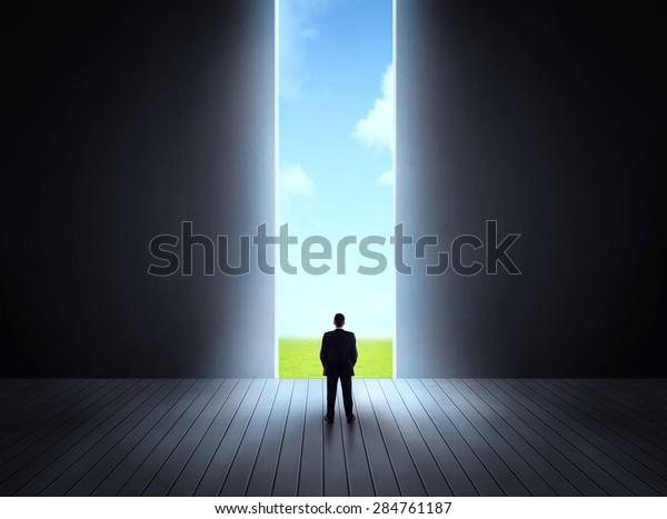 Concepto de carrera y libertad de la naturaleza con una puerta abierta brillante