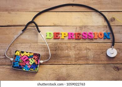 Concept Depression, Herzschrittkop und bunte Briefe in Metallbox