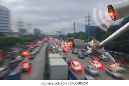 Concept de technologie numérique 4.0, réseau sans fil 5G signal, caméra CCTV intelligente des systèmes d'intelligence artificielle, pour surveiller la sécurité routière et mémoriser le comportement du conducteur au volant et le trafic illégal
