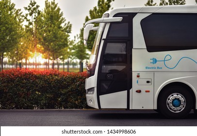 Konzept des Öko-Verkehrs. Synergie von Elektrobus und Natur. E-Bus mit Titelbild auf Körper.