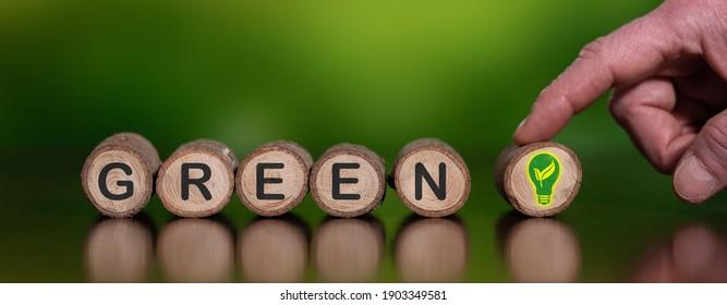 Konzept der grünen Energie mit Symbolen auf Holzhölzern
