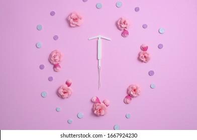 Konzept hormonelle Kontrazeption - Pillen und IUD. Papierblume