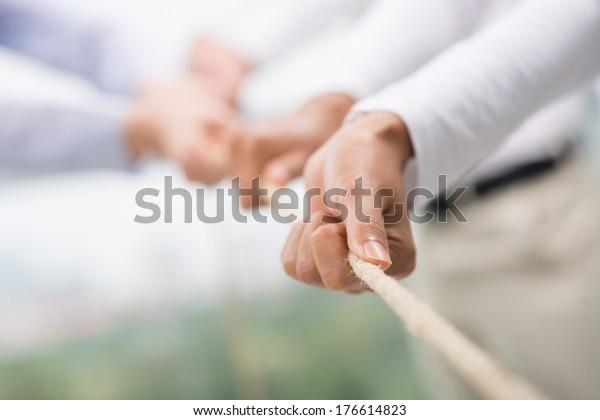 Konzept-Bild des Geschäftsteams, das ein Seil als Element der Teamarbeit auf Vordergrund verwendet