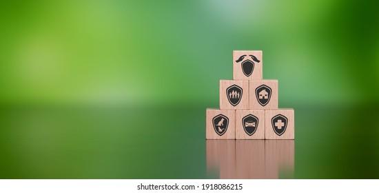 Konzept der Versicherung mit Symbolen auf hölzernen Würfeln