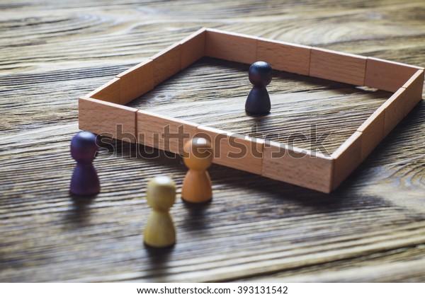 Das Konzept des Missverständnisses, ein Hindernis in den Beziehungen, Verweigerung der Gesellschaft. Hindernisse zwischen Menschen, Vorurteile.