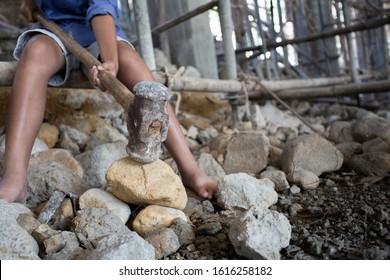 Concepto de pobreza y trabajo infantil, Niños que trabajan en obras de construcción, Contra el trabajo infantil, Niños pobres, obras de construcción, Violencia de los niños y concepto de trata