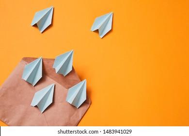 Concept d'envoi de courriels et de commerce électronique. Marketing par e-mail. Avions en papier qui sortent de l'enveloppe