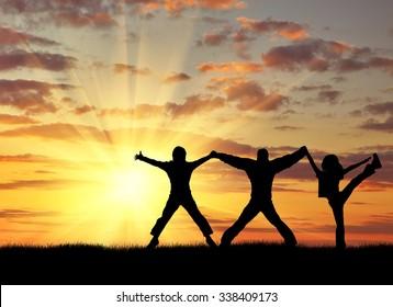 Erfolgskonzept. Silhouette von drei glücklichen Menschen auf dem Gipfel des Berges gegen den abendlichen Himmel
