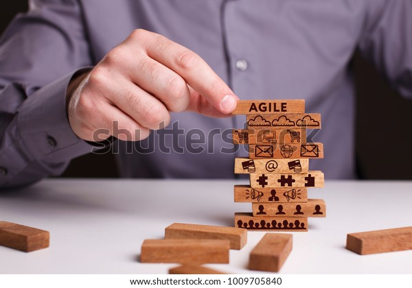 Понятие технологии, Интернет и сеть. Бизнесмен показывает рабочую модель бизнеса: Agile