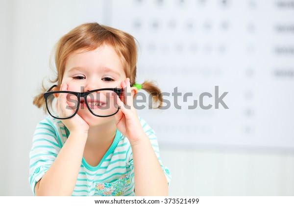 Konzeptvision-Test. Kind mit Brille beim Augenarzt