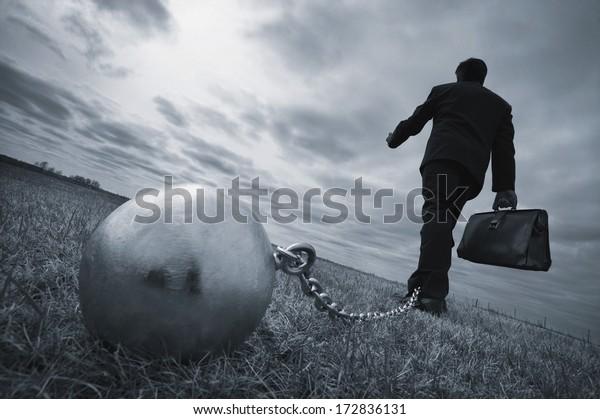 konzeptioneller, von Stress, Sorge, Angst gezähter und belasteter Geschäftsmann