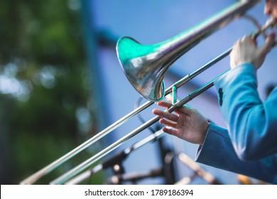 Konzertansicht eines Posaunenspielers mit musikalischer Jazzband-Gruppe