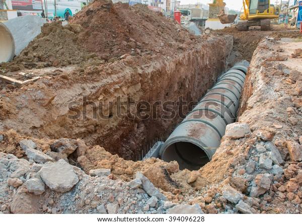 Beton-Entwässerungsrohre auf Baustellen .Beton-Rohrgestapelte Abwassersystem auf dem Gelände ausgerichtet.