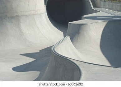 Skate- und Bike-Park aus Beton mit Tubes und Jumps