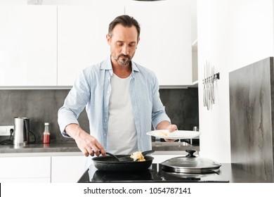 Секс на кухне со зрелой