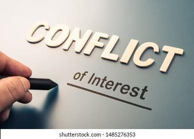Conflit d'intérêts, texte écrit à la main joignez les lettres au mot pour compléter le concept