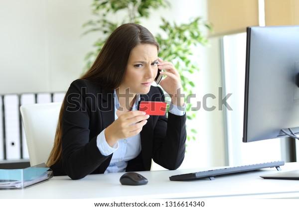 Telefonisch verwirrte Geschäftsführerin über falsche Kreditkarte im Büro
