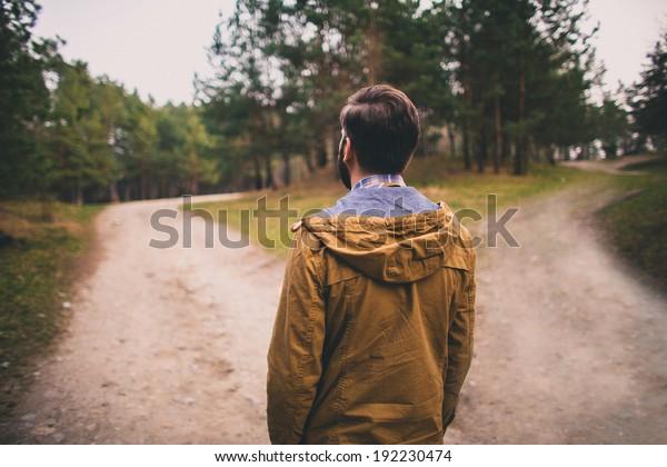 verwirrter Mann wählt Straße im Freien