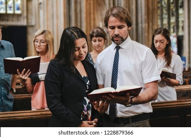 Congregation singing from the psalms