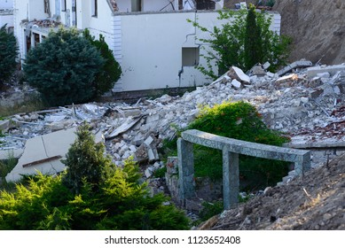 Consequences of a landslide in an expensive residential quarter on the beach.After the landslide, the houses collapsed