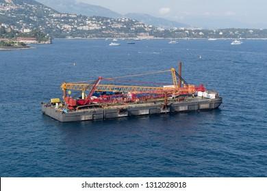 Construction crane barge
