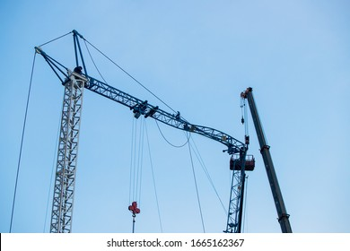 the construction crane collapsed, the crane broke a crane in the city, an accident