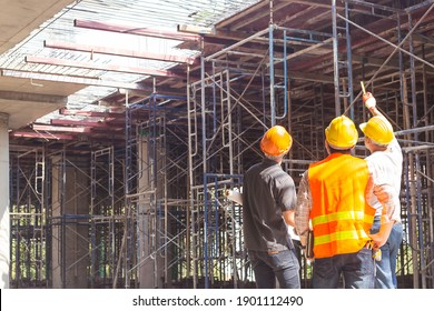 Bauingenieur, der sich um den Fortschritt eines Bauprojekts kümmert, steht auf dem Betonboden.