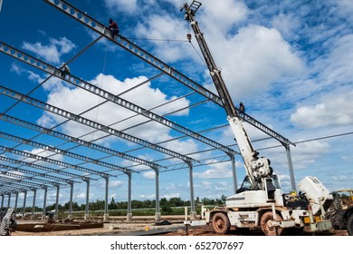 Construction of engineering buildings using mobile cranes.