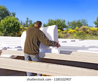 Construction of an insulating floor with polystyrene blocks.