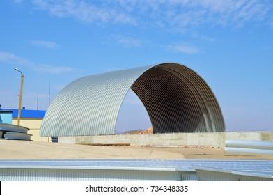 construction of a large metal hangar