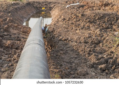 Construction of Oil Pipeline,pipeline transportation,horizontal directional drilling (HDD process).Installing underground pipes and conduits along a prescribed bore path from the soil surface.