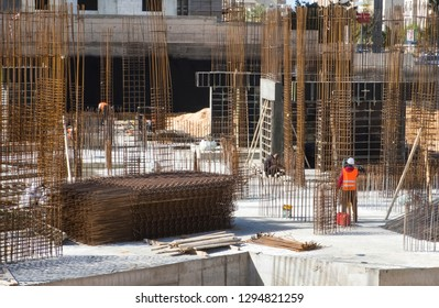 Construction pit with preparation of reinforcement and formwork for the construction of foundations