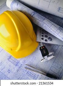 Baupläne mit hartem Hut und Ziehwerkzeugen