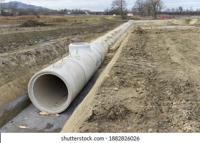 Baustelle und neue Betonrohre in der Grabenanlage