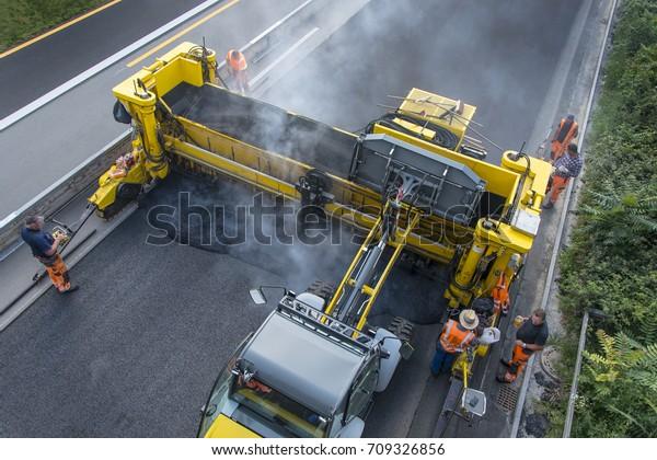 Trabajos de construcción en carretera, nueva capa de asfalto