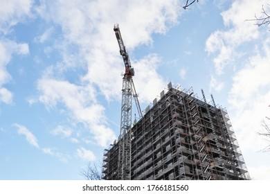 Baustelle eines Wolkenkratzergebäudes mit großem Kran, Kopienraum