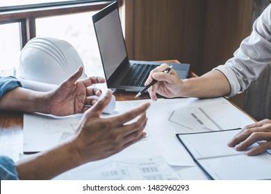 Bau- und Strukturkonzept des Ingenieurs oder Architektentreffens für die Projektarbeit mit Partner- und Ingenieurwerkzeugen auf Modellbau und Bauplan auf dem Baugelände, Vertrag für beide Unternehmen.