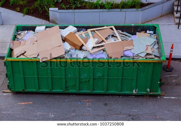 Bauabfälle in einem Metallbehälter, Haussanierung.