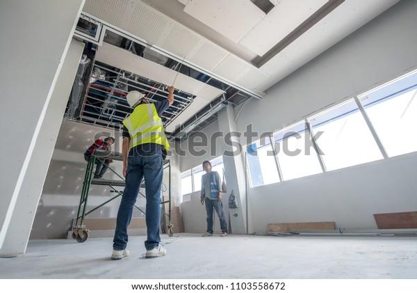 Công nhân xây dựng trần