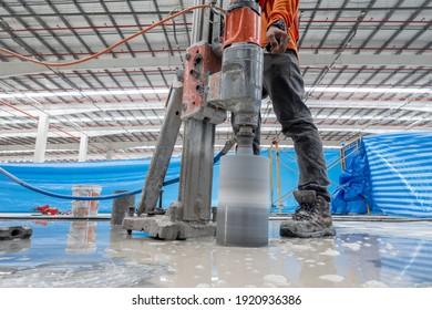 Bauarbeiter mit Betonkorrosion  B