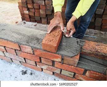 Bauarbeiter legen Steine auf Baustellen.