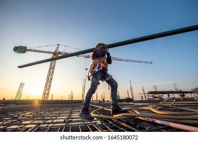 Ein Bauarbeiter auf Baustellen