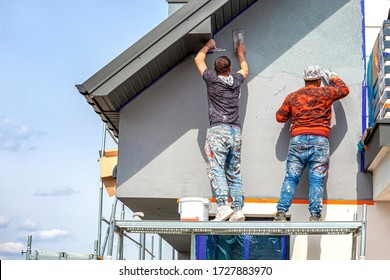 Bauarbeiter vergiften die Fassade des Hauses. Anwendung der Fassade Plaster.